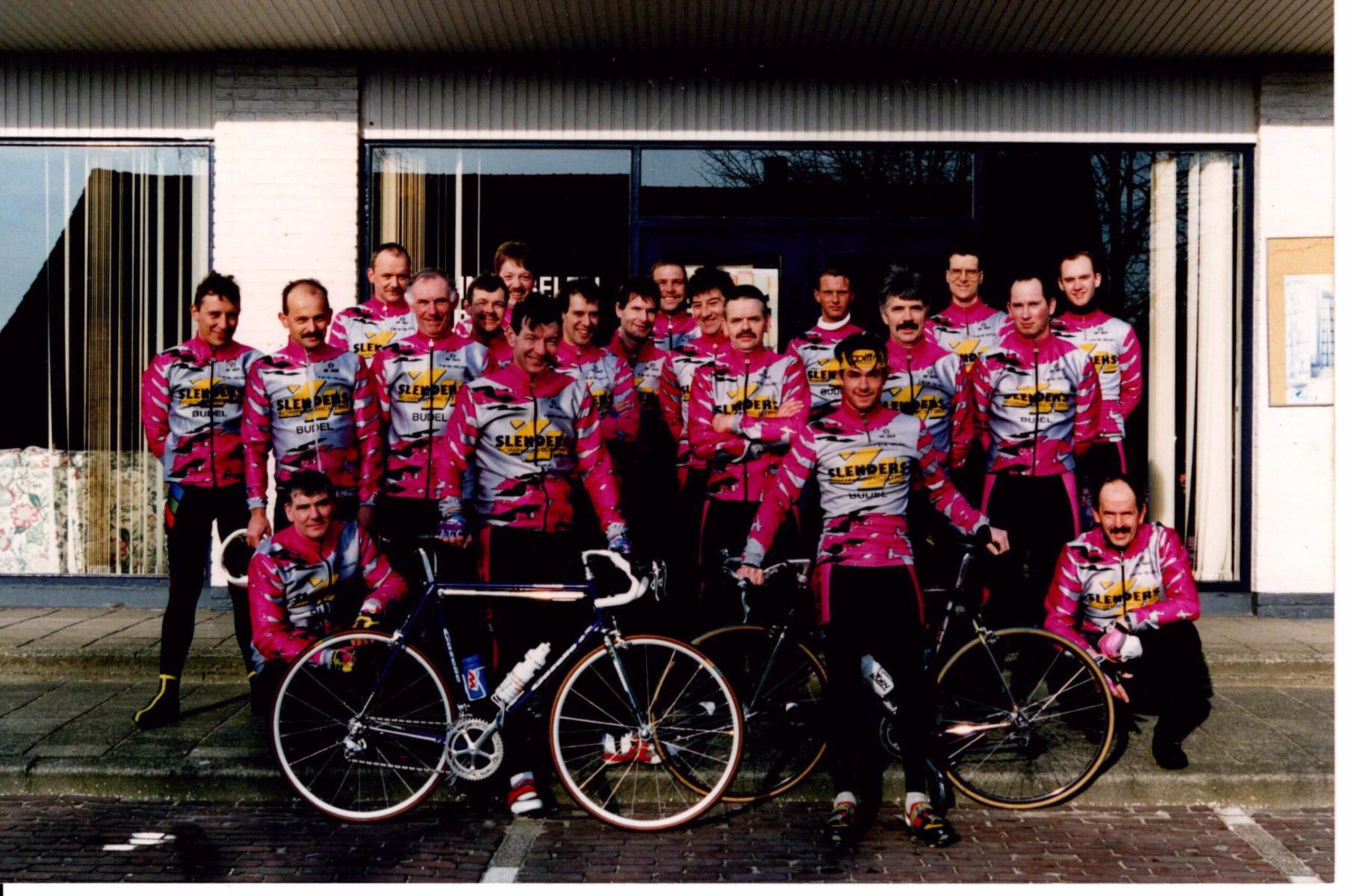 Groepsfoto nieuw tenue sponsor Slenders 1994