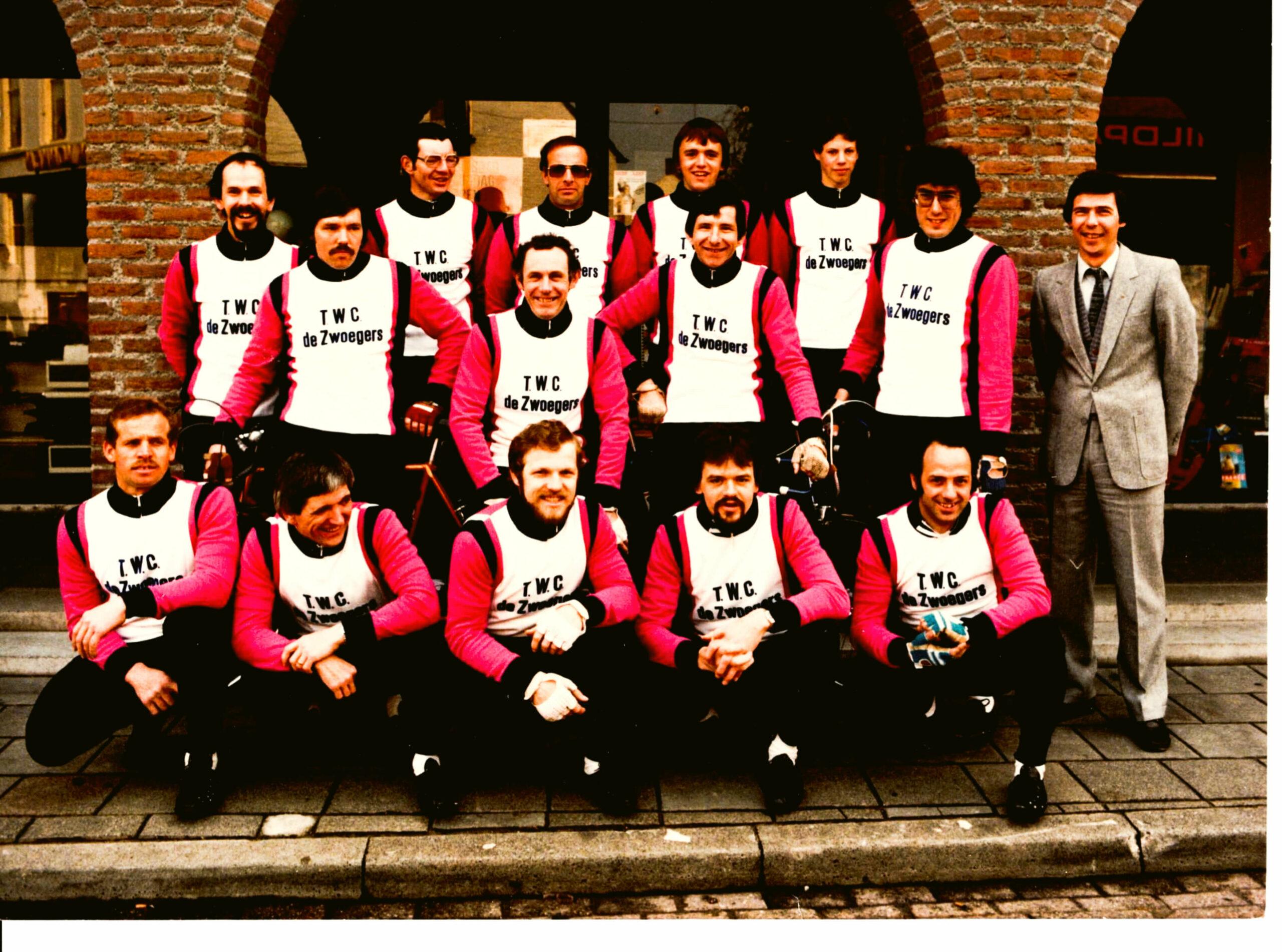 TinyPNG Groepsfoto 1980 met Sponsor Sjef Neeskens scaled