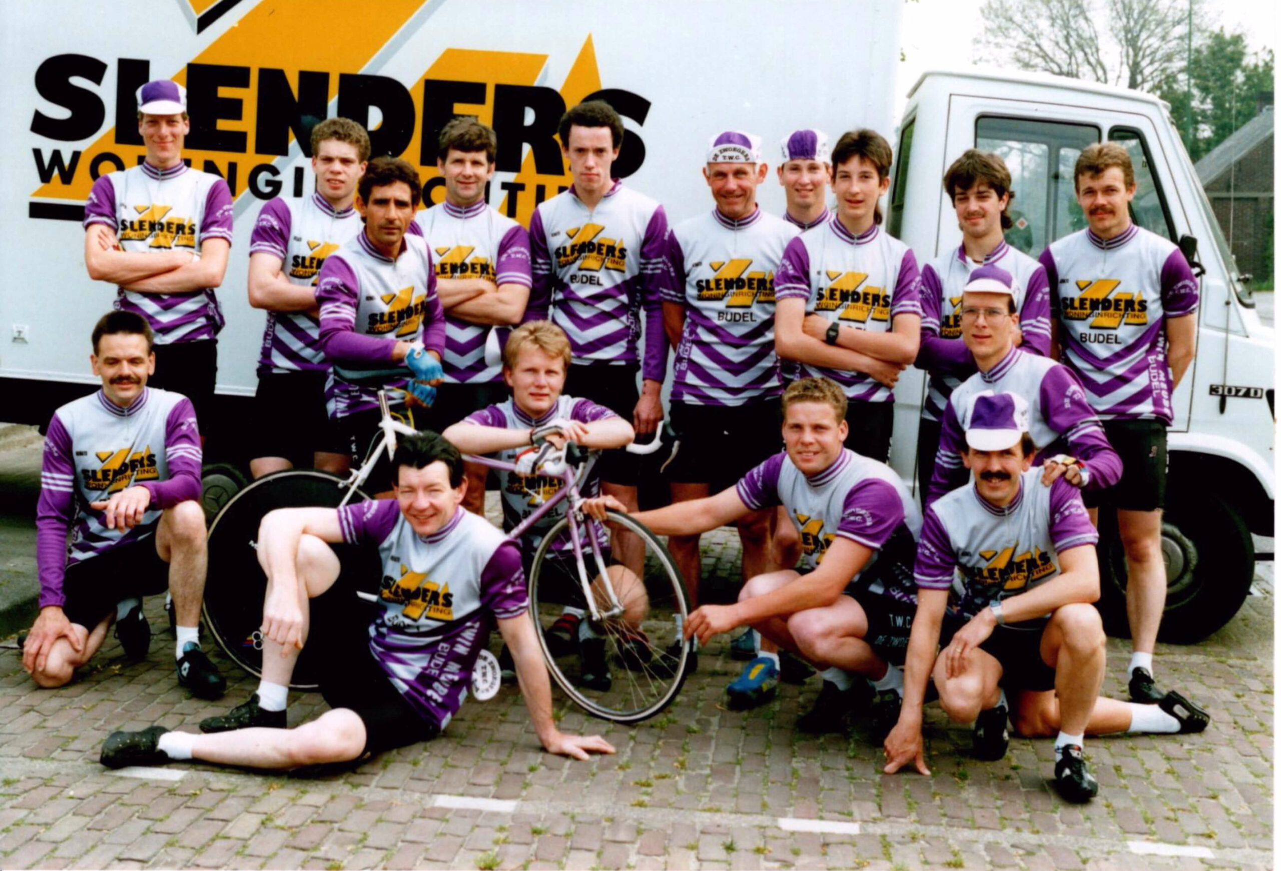 TinyPNG Groepsfoto nieuw tenue met sponsor Slenders 1990 scaled
