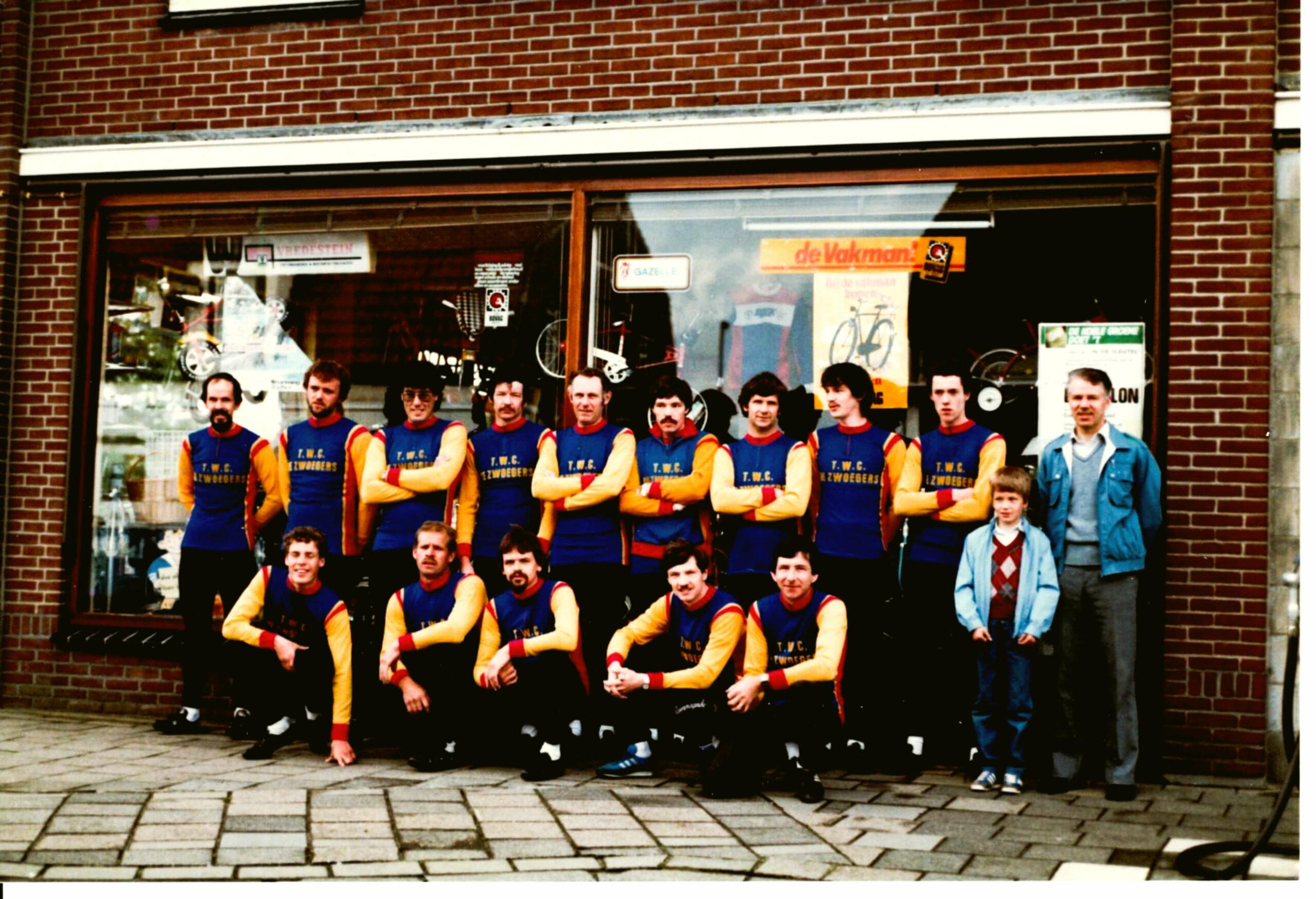 TinyPNG TWC De Zwoegers 1984 met Sponsor Jo van Seggelen scaled
